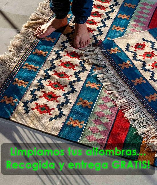 Persona descalza sobre una alfombra